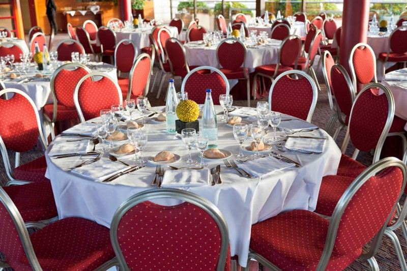 Obtener información y comprar entradas para Restaurant / Cabaret Assigned Seat Event with different table shapes and sizes and ability to select individual seats en Ticketor Demo.